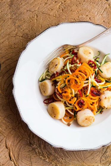 A recipe for a crunchy and delicious gluten-free Summer Rainbow Pasta with Scallops seasoned with Aglio Olio e Peperoncino.